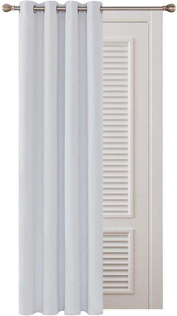 Cortinas-para-habitación-gris-y-blanca
